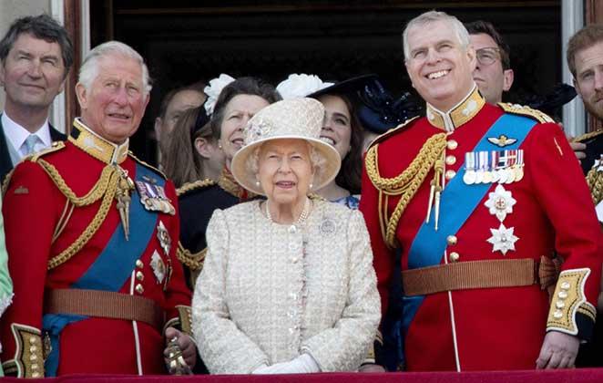 príncipe charles, príncipe andrew e rainha elizabeth ii em evento
