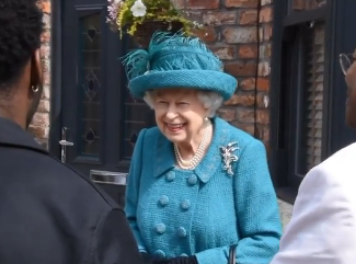 Rainha Eliizabeth II no set de Coronation Street, print