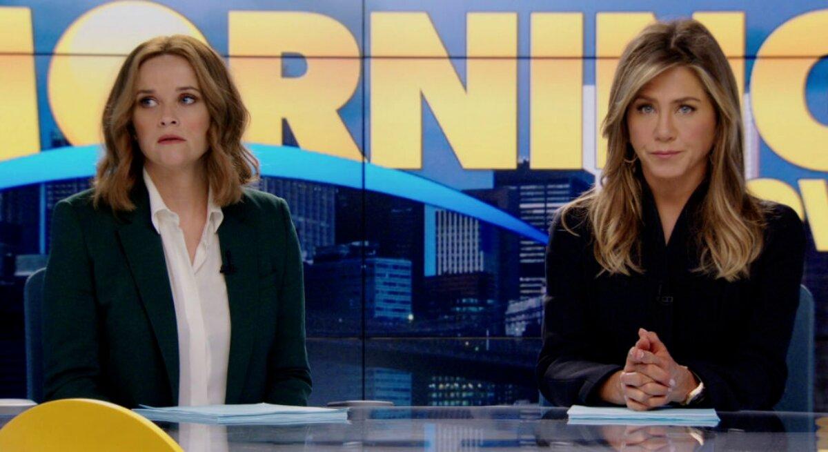 jennifer Aniston e Reese Witherspoon no cenário da série 'The Morning Show'