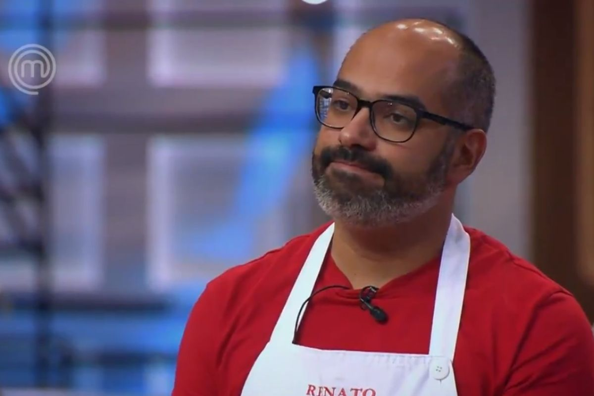 Renato de óculos e camisa vermelha