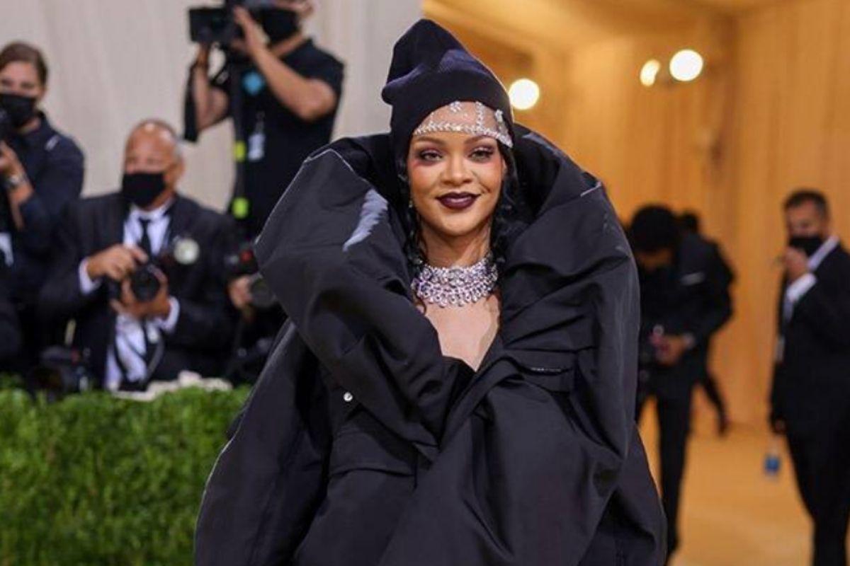 Rihanna sorrindo no desfile do Met Gala de 2021