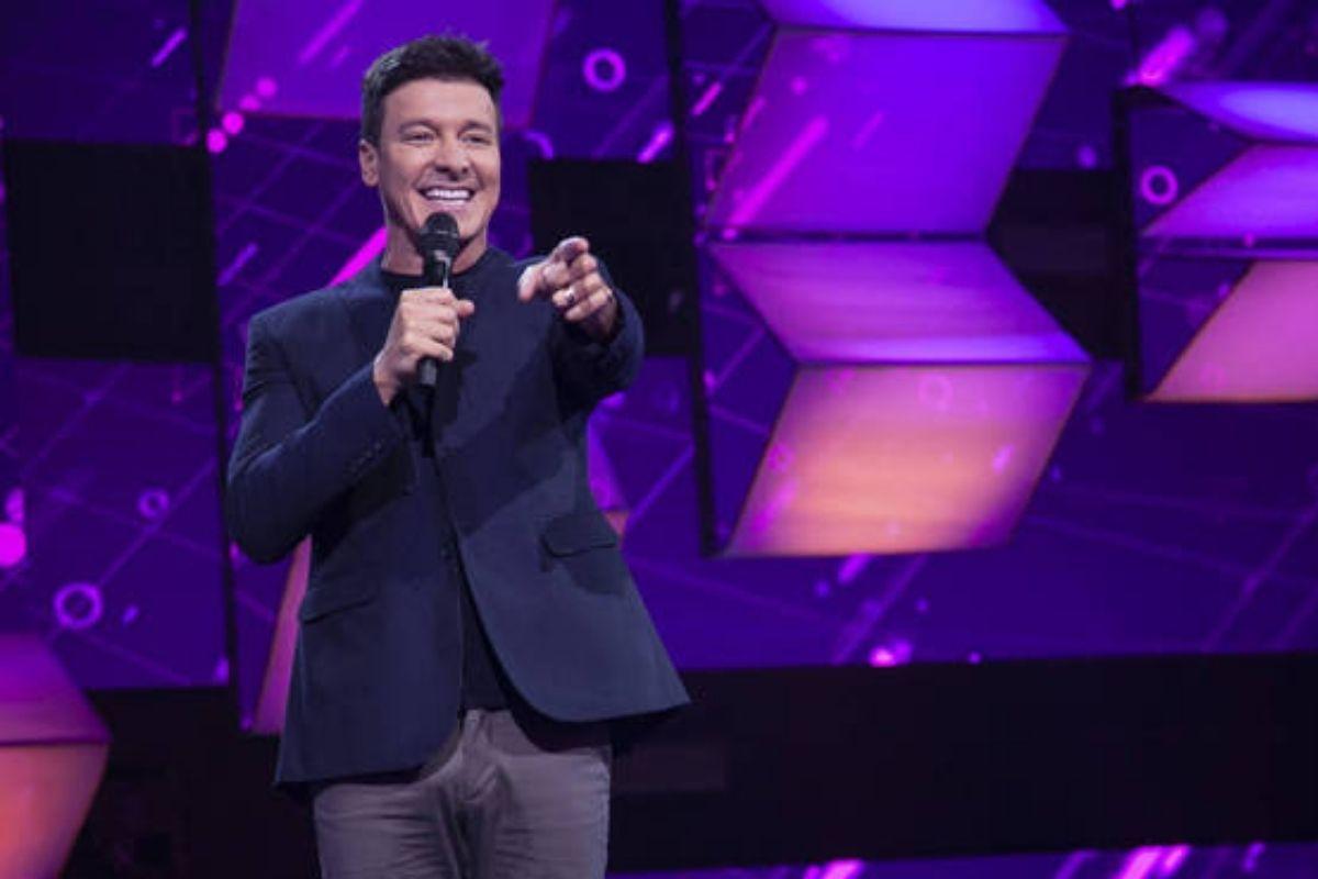 Rodrigo Faro durante apresentação do programa 'Canta Comigo Teen'
