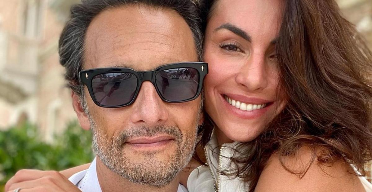 Rodrigo Santoro de óculos escuros, barba serrada, abraçado à mulher, Mel Fronckowiak