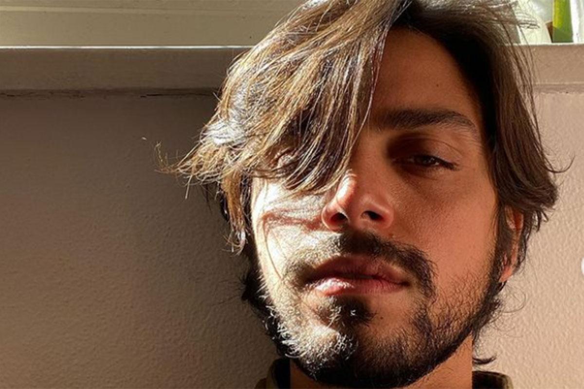 Selfie de Rodrigo Simas, com luz do sol nos cabelos