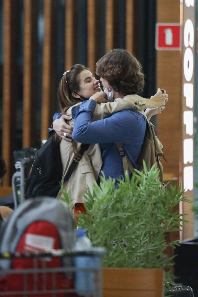 Romulo Arantes Neto abraçadinho com Giulia Be em aeroporto