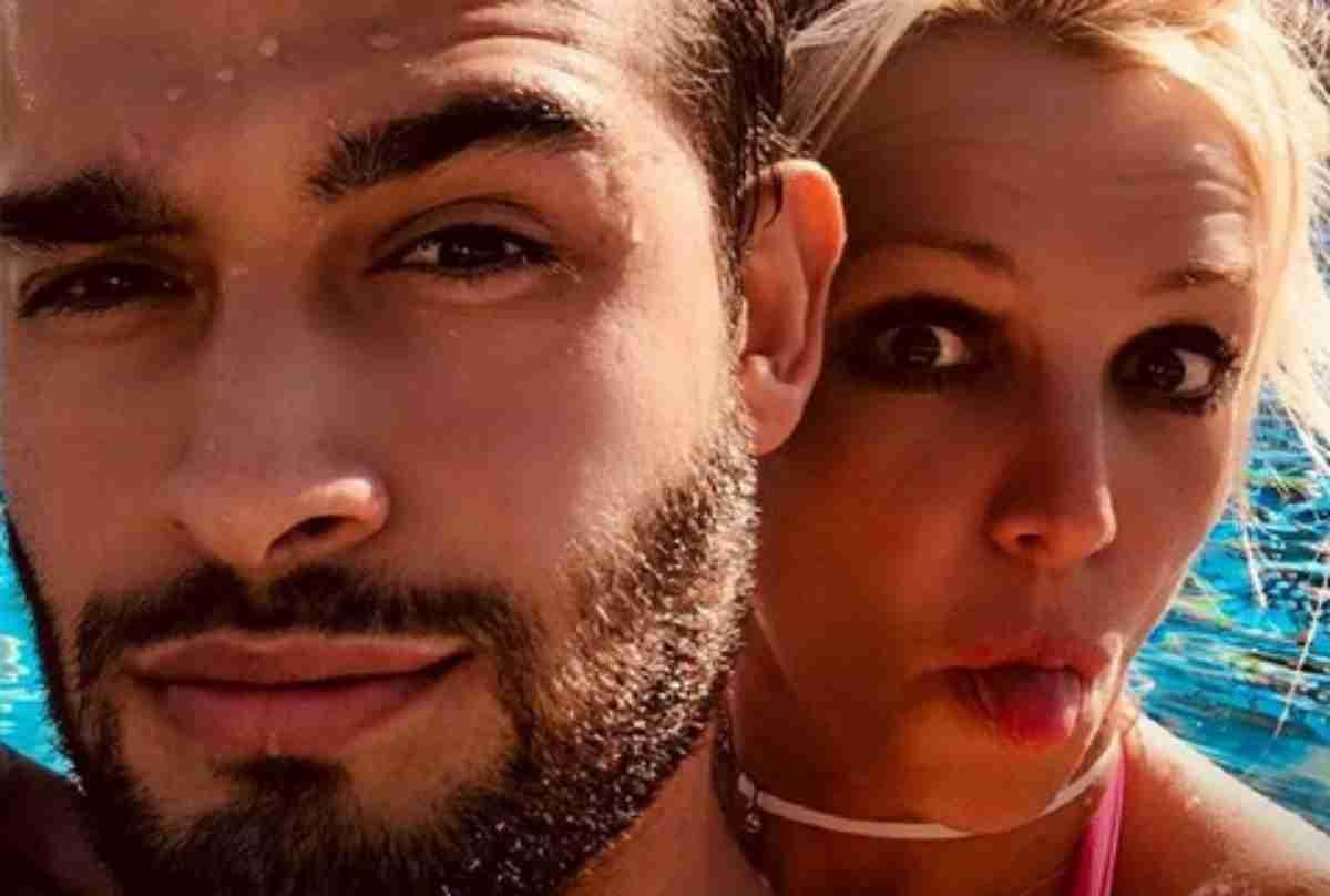Sam Asghari em selgie na piscina com Britney Spears