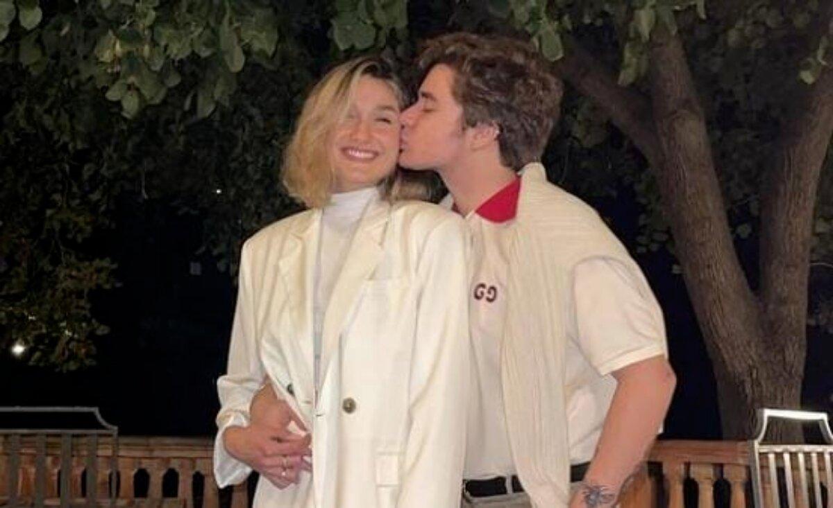 Abraçados, Sasha ganha um beijo no rosto de João Figueiredo