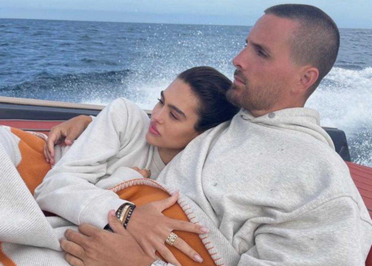 Scott Disick abraça Amelia Hamlin em barco