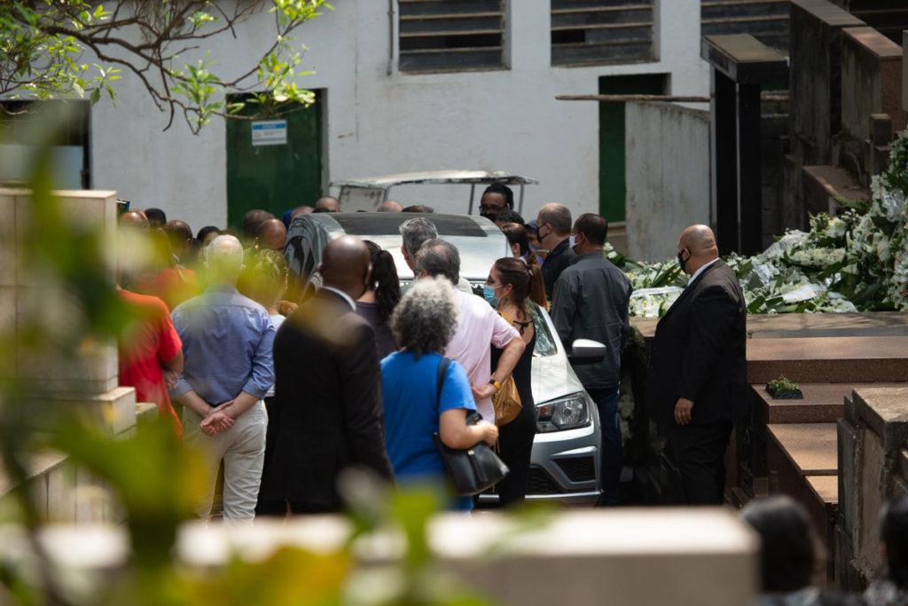 Carro funerário chega ao cemitério para o sepultamento de Dudu Braga