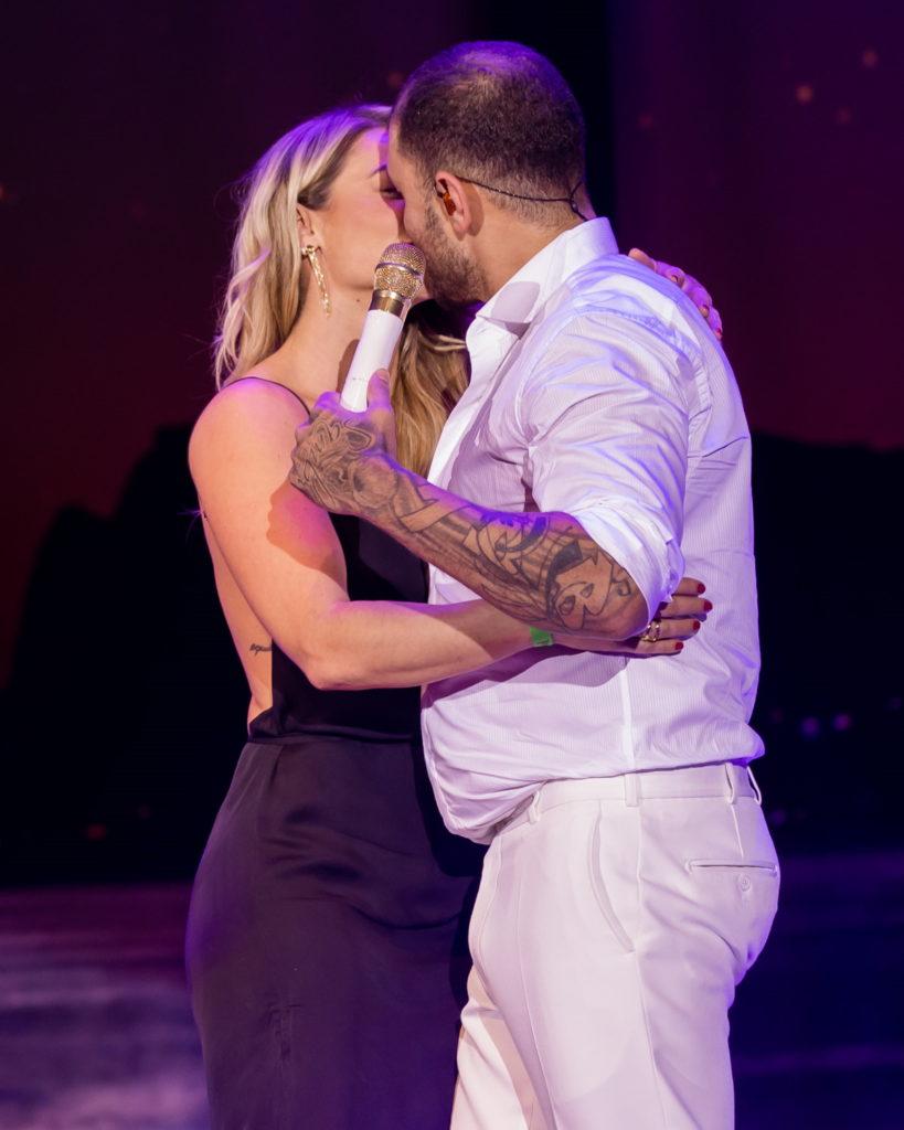 Beijaço de Paolla e Diogo Nogueira no palco