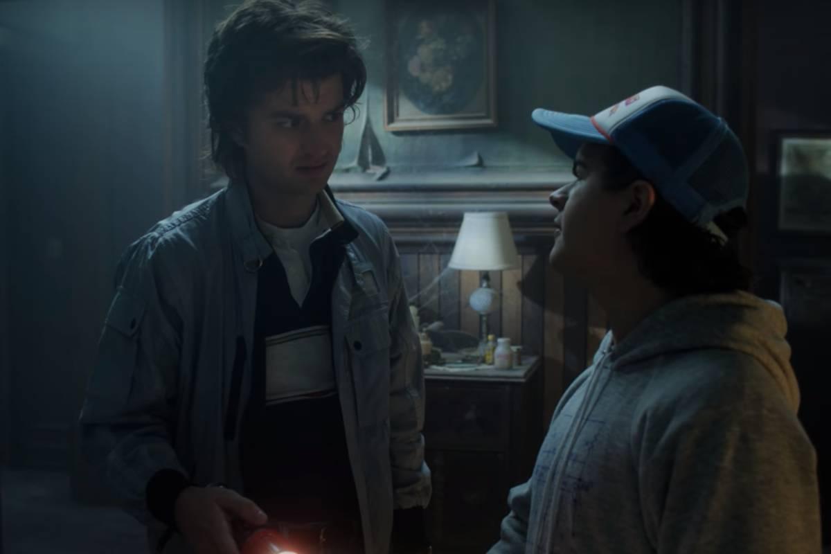 steve e dustin conversando na casa do creel em trailer de stranger things