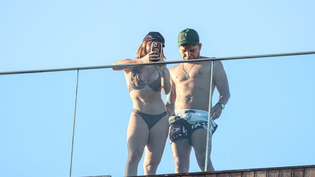 Momento selfie do casal