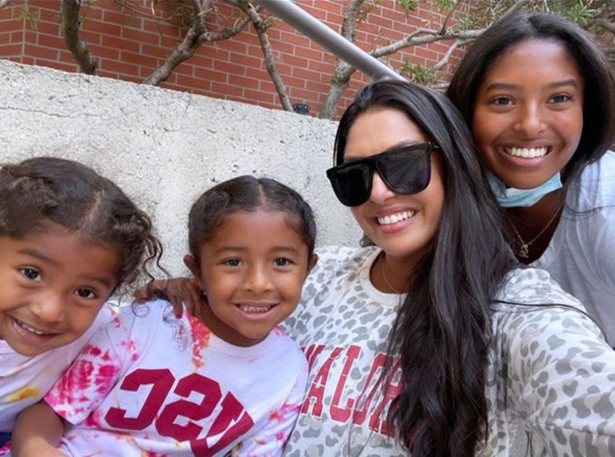 Vanessa Bryant com as filhas