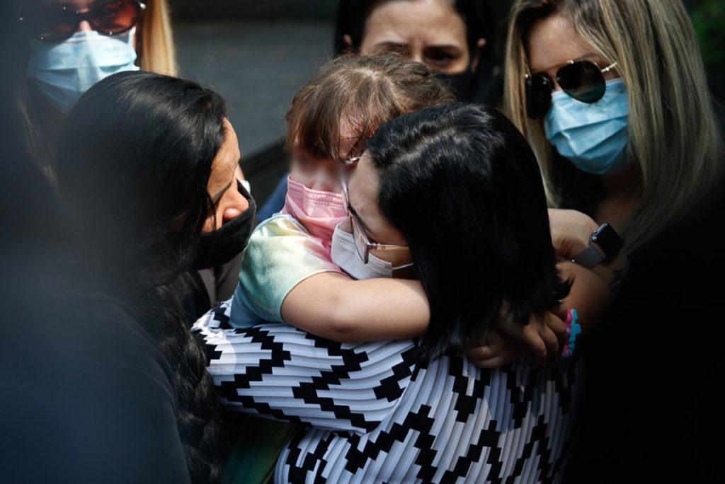 Valeska Braga e a filha acompanham o sepultamento de Dudu Braga