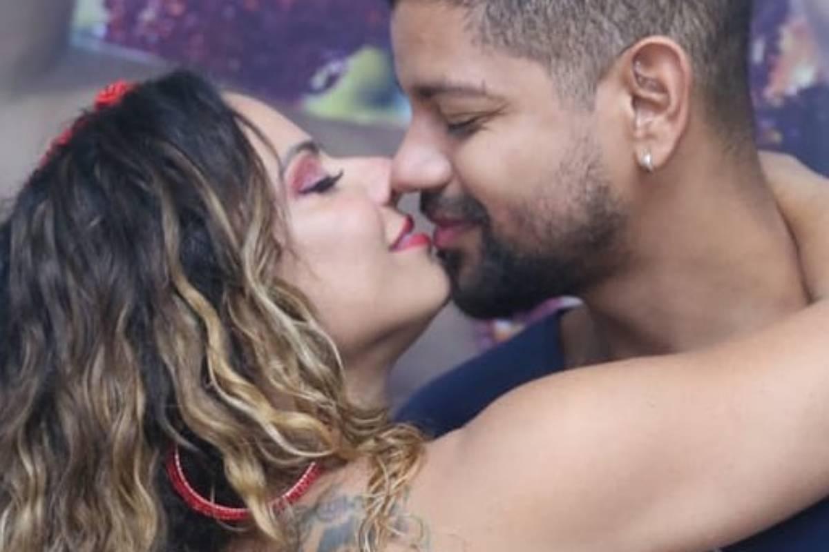 viviane araujo e guilherme militao quase se beijando em evento de carnaval