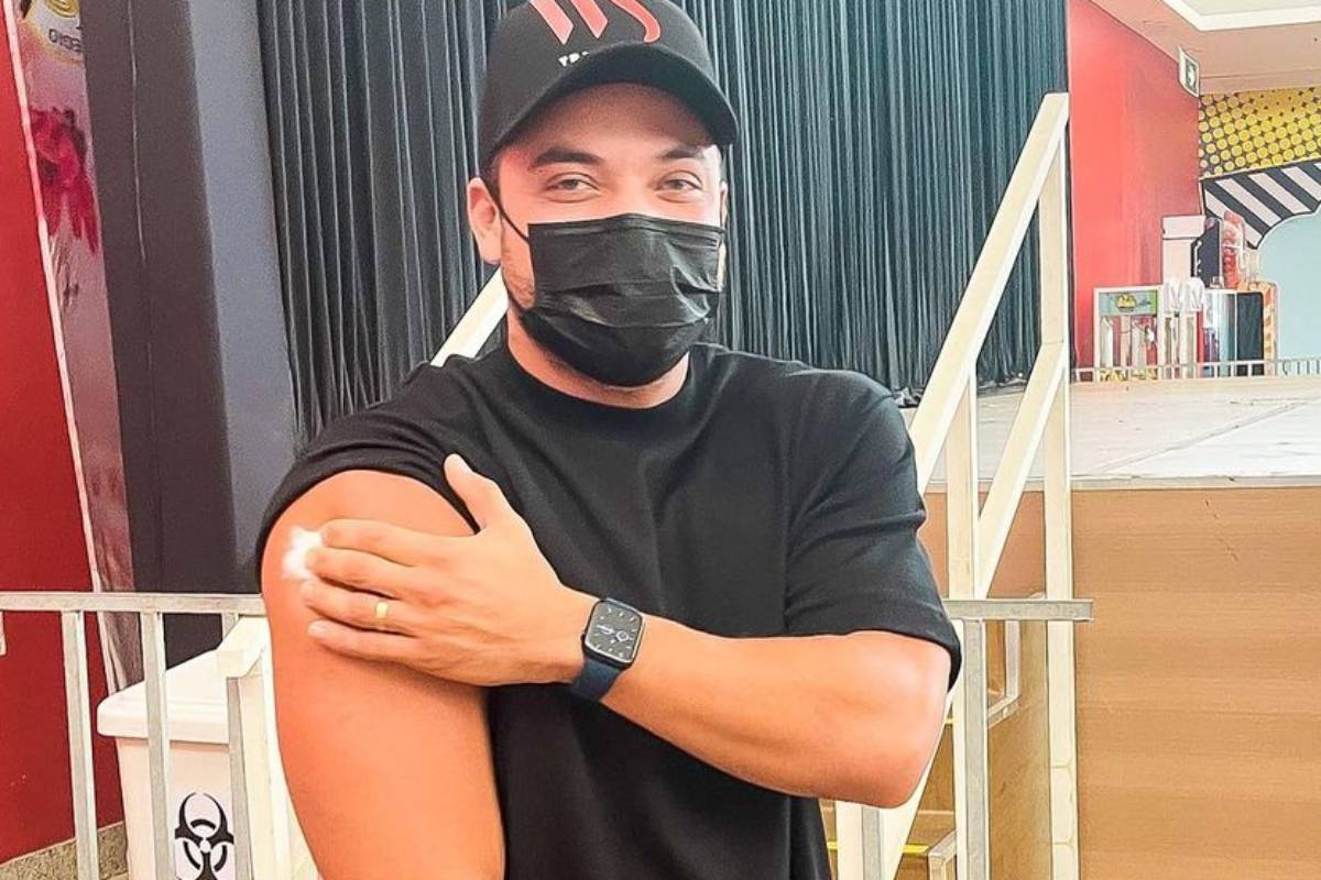 wesley safadao de máscara encostando no braço que recebeu vacina
