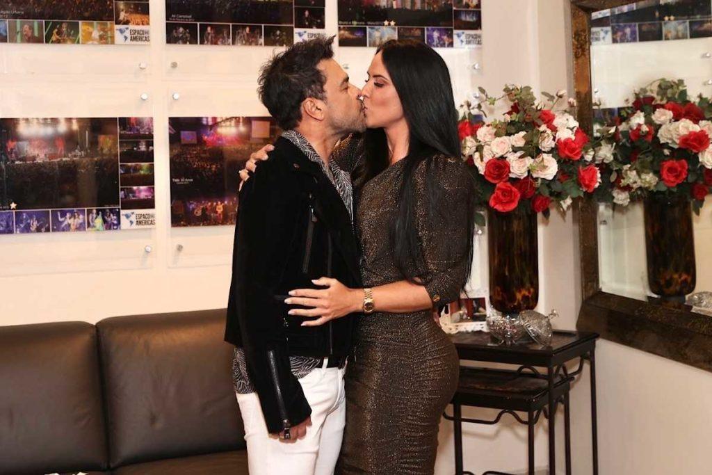zezé di camargo beijando graciele lacerda no camarim de show para vacinados
