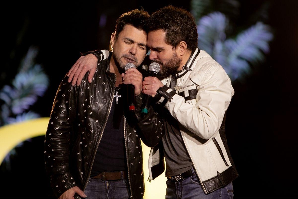 Zezé di Camargo e Luciano cantando em cima do palco