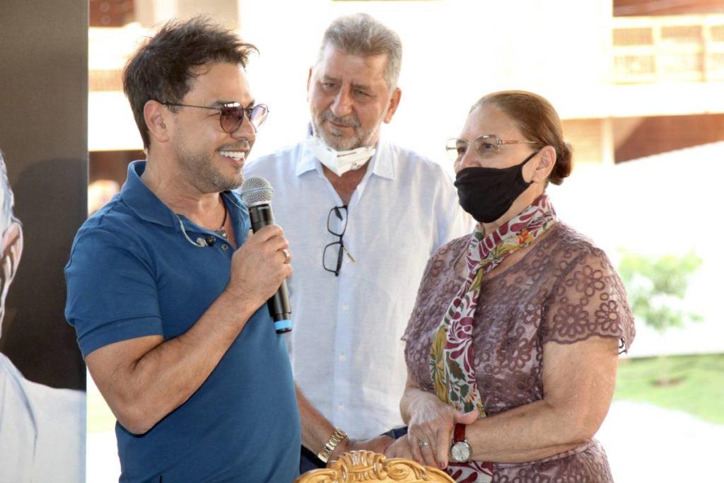 Zezé Di Camargo e a mãe, Dona Helena, se olhando em coletiva de imprensa