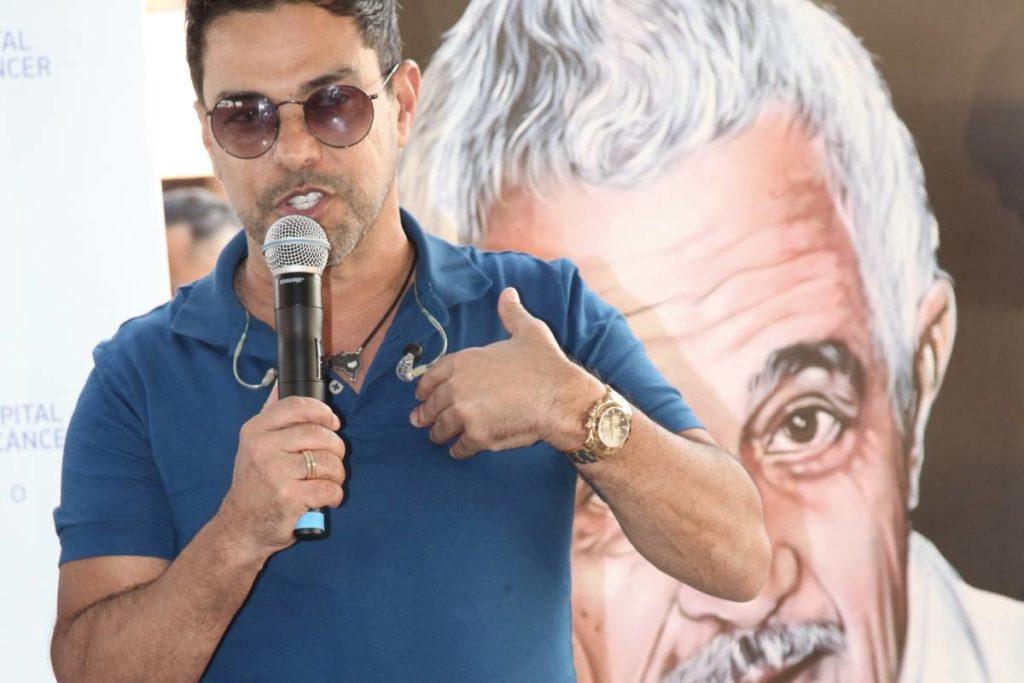 Zezé Di Camargo com quadro de Francisco atrás dele