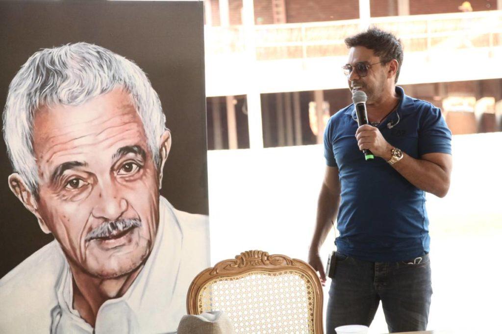 Zezé Di Camargo com quadro de Francisco ao lado dele