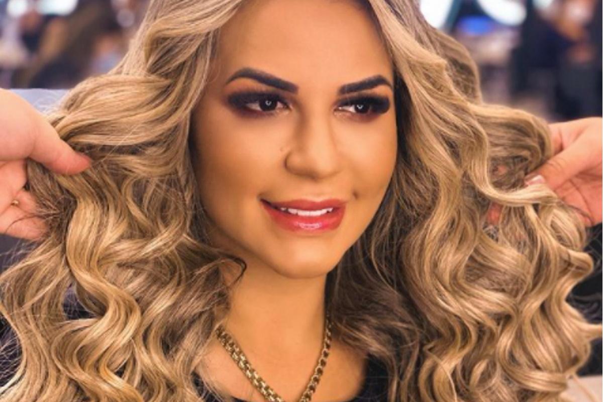 Deolane Bezerra com cabelo cacheado