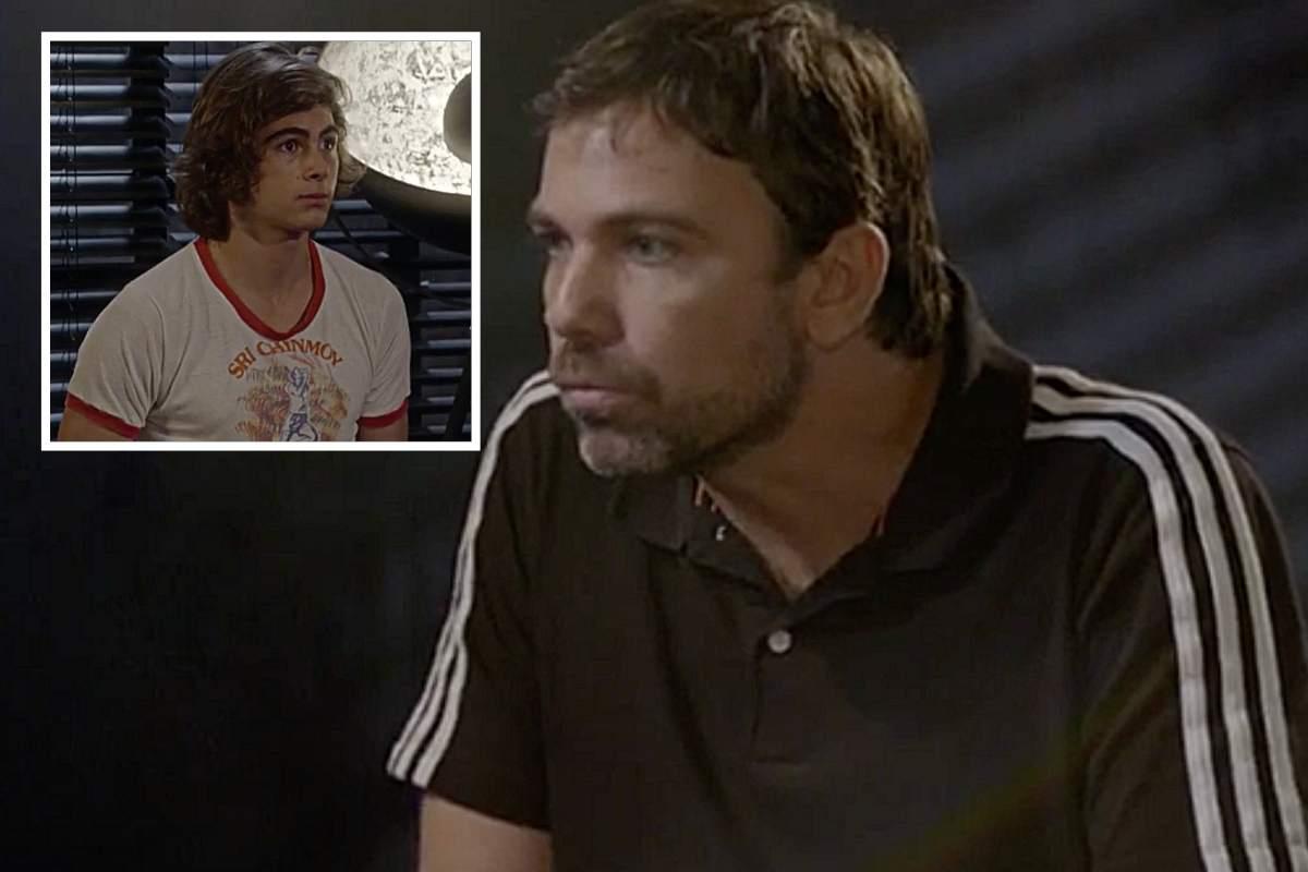 Lobão (Marcelo Faria) chega em casa no momento em que Pedro (Rafael Vitti) tenta abrir uma gaveta