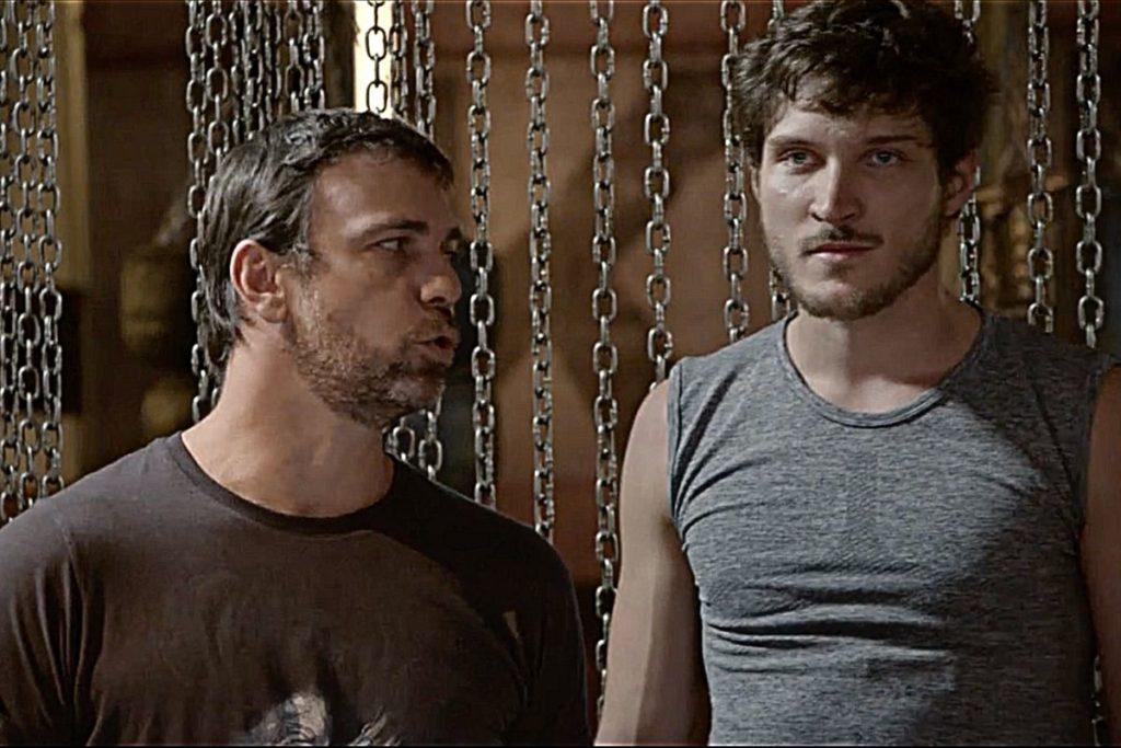 Malhação-Cobra (Felipe Simas) ouve Lobão (Marcelo Faria) mandar Luiz (Mauricio Pitanga) machucar Duca (Arthur Aguiar)