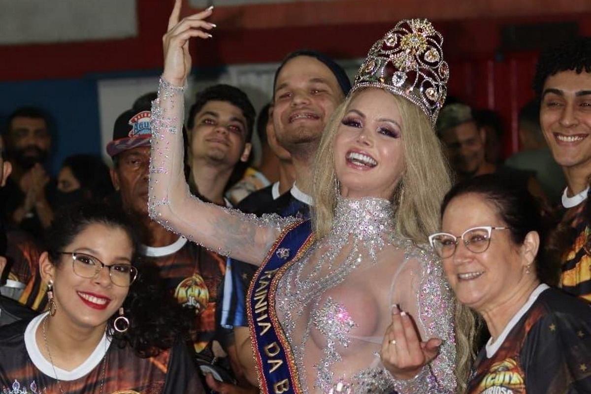 Thalita Zampirolli sendo coroada rainha de bateria