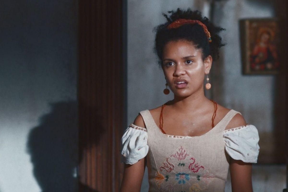 Nos Tempos do Imperador: Zayla (Heslaine Vieira) provoca Pilar (Gabriela Medvedovski)