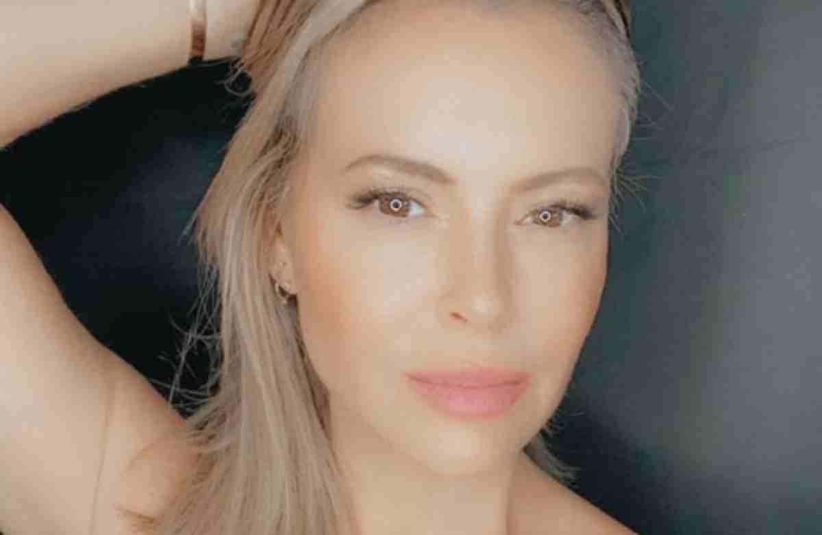 Alyssa Milano selfie loira