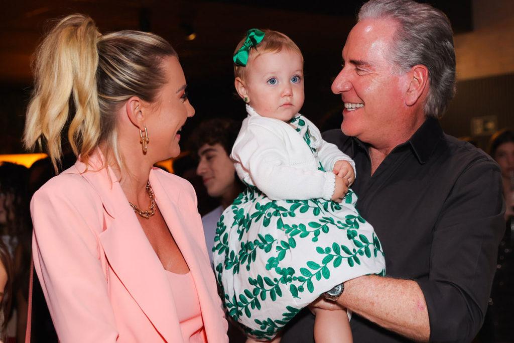 Ana Paula Siebert e Roberto Justus curtiram a festa de Pietra Quintela com a filha Vicky