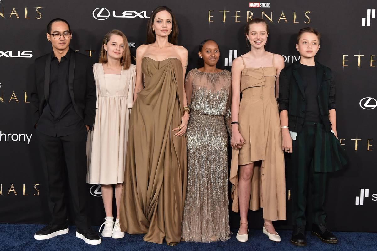 angelina jolie posando ao lado de cinco dos seis filhos em premiere de eternos
