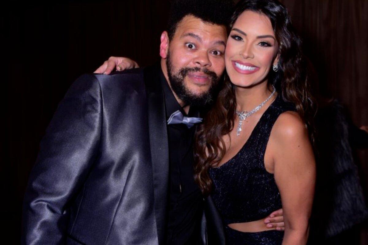 Babu Santana e Ivy Moraes, abraçados, ambos de preto