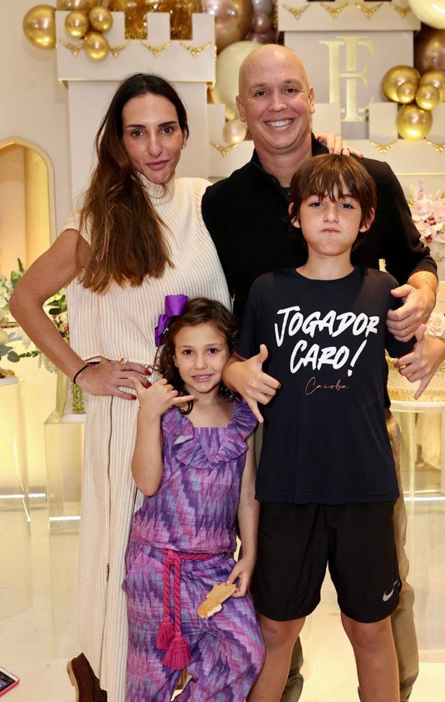 Caio Ribeiro com a esposa e os filhos na festa da filha de Kaká e Carol Dias