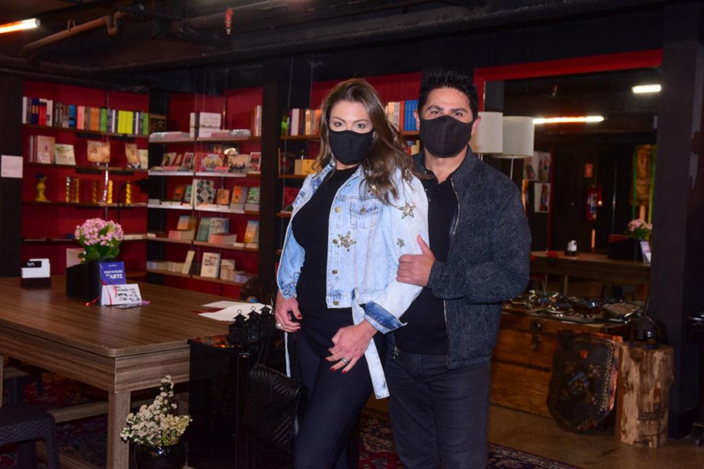 César Filho e Elaine Mickely prestigiam peça de Eri Johnson