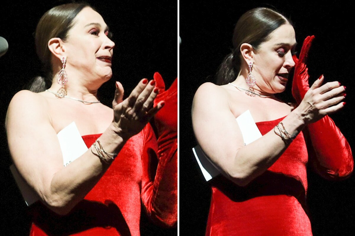 Claudia Raia de vestido vermelho, cabelo preso, chorando no palco