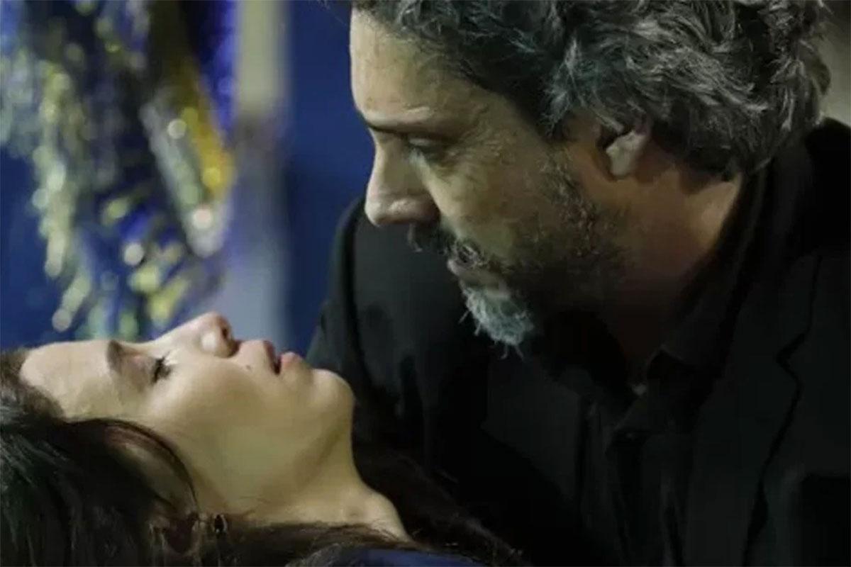 Cora (Marjorie Estiano) desmaia nos braços de José Alfredo (Alexandre Nero)