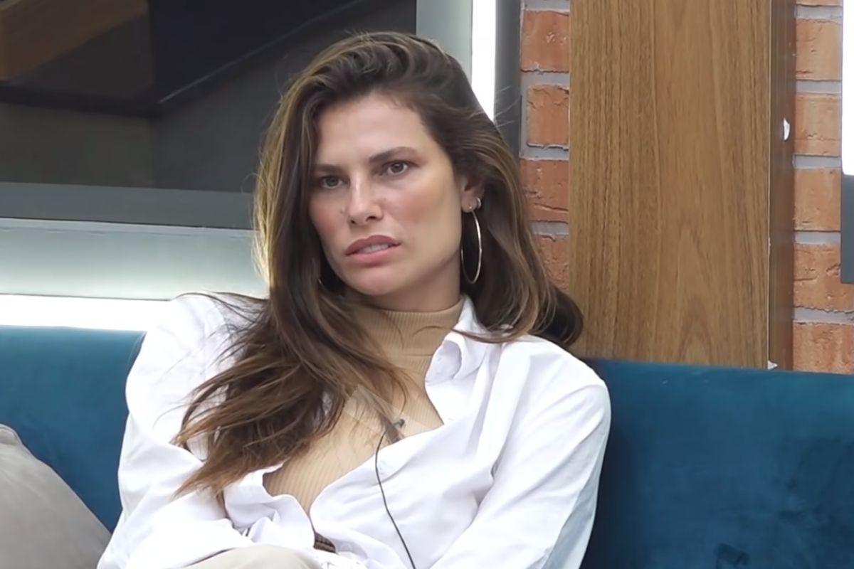 Dayane Mello conversando na sala de 'A Fazenda 13'