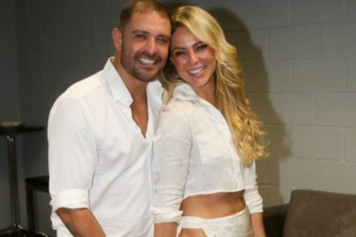 Diogo Nogueira e Paolla Oliveira de roupa branca, abraçados