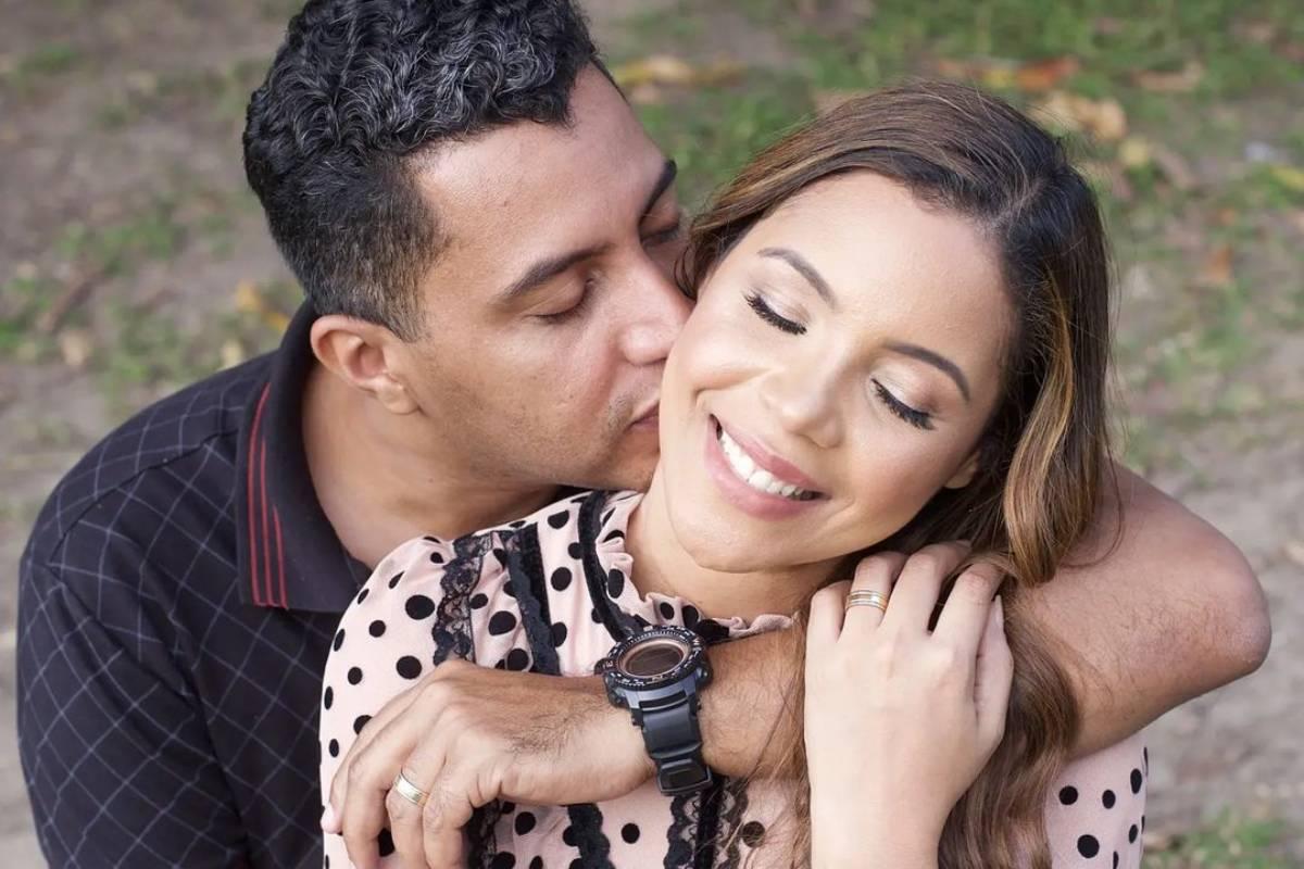 dobson santos lascando um beijo em amanda wanessa enquanto se abraçam