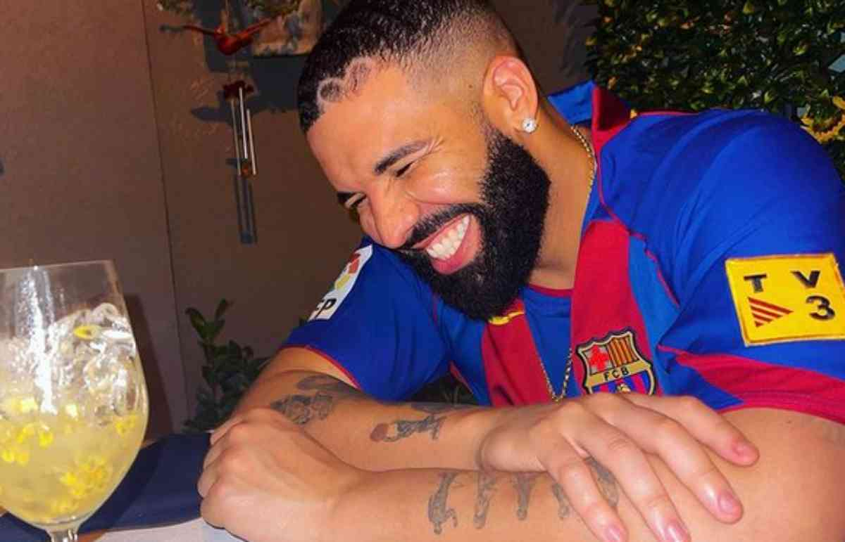 Drake feliz e sorridente