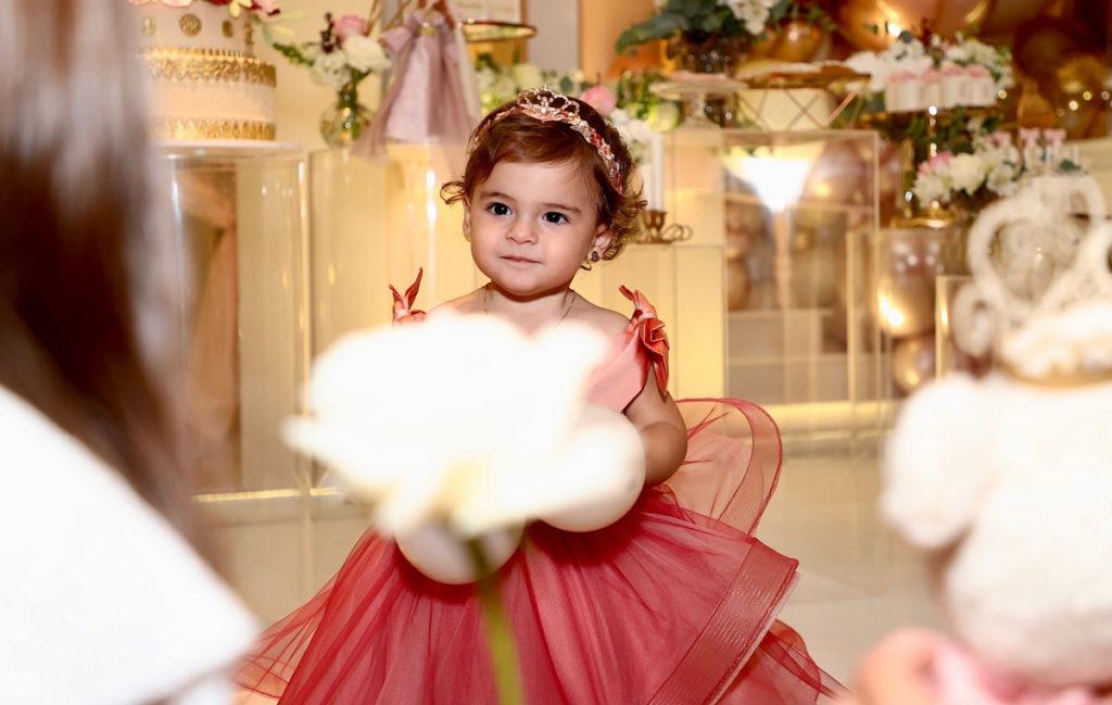 A pequena Esther com sua roupinha de princesa