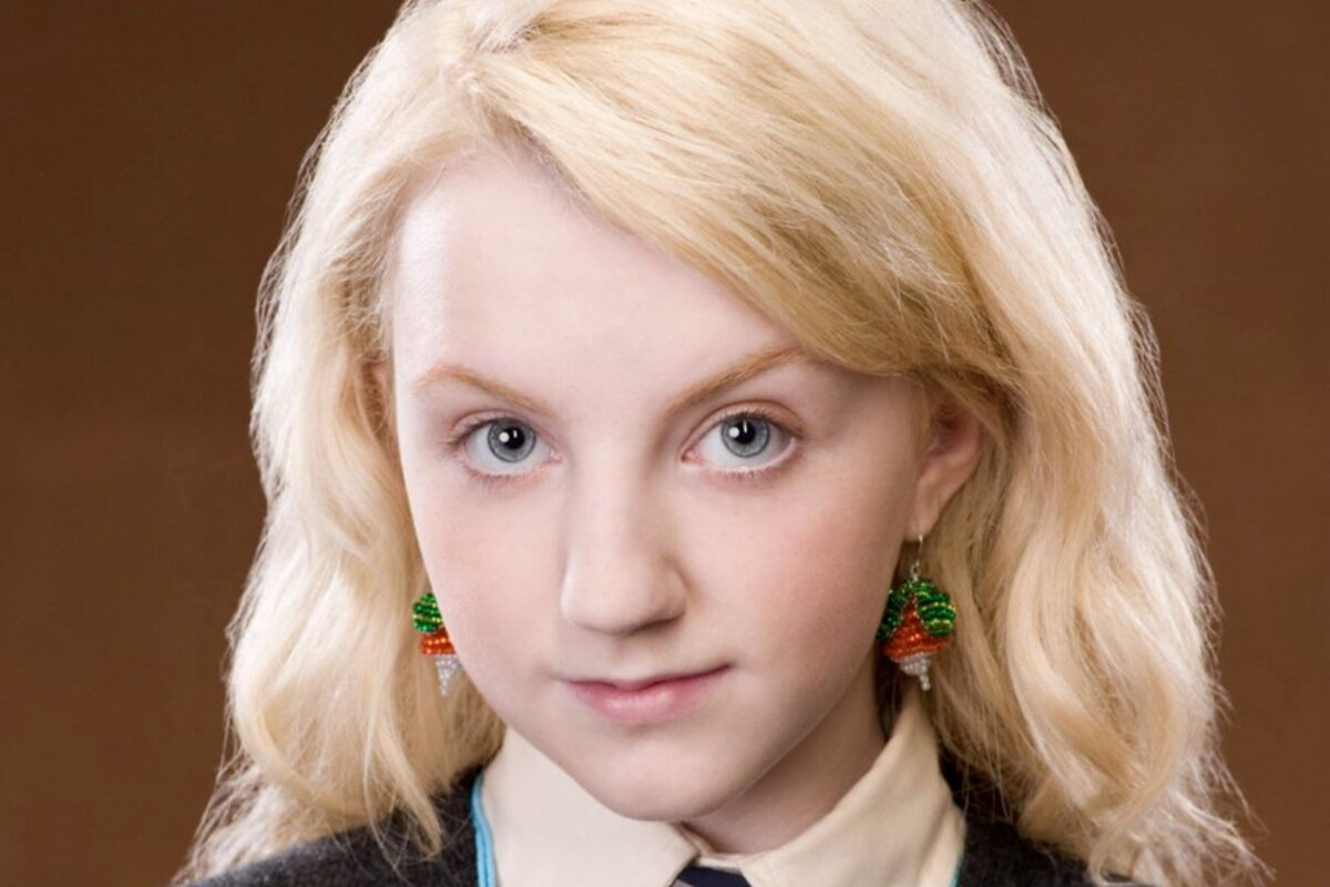Evanna Lynch caracterizada como bruxa de Harry Potter