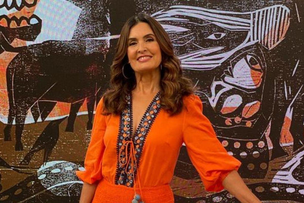 Fátima Bernardes sorrindo e posando no palco do programa Encontro