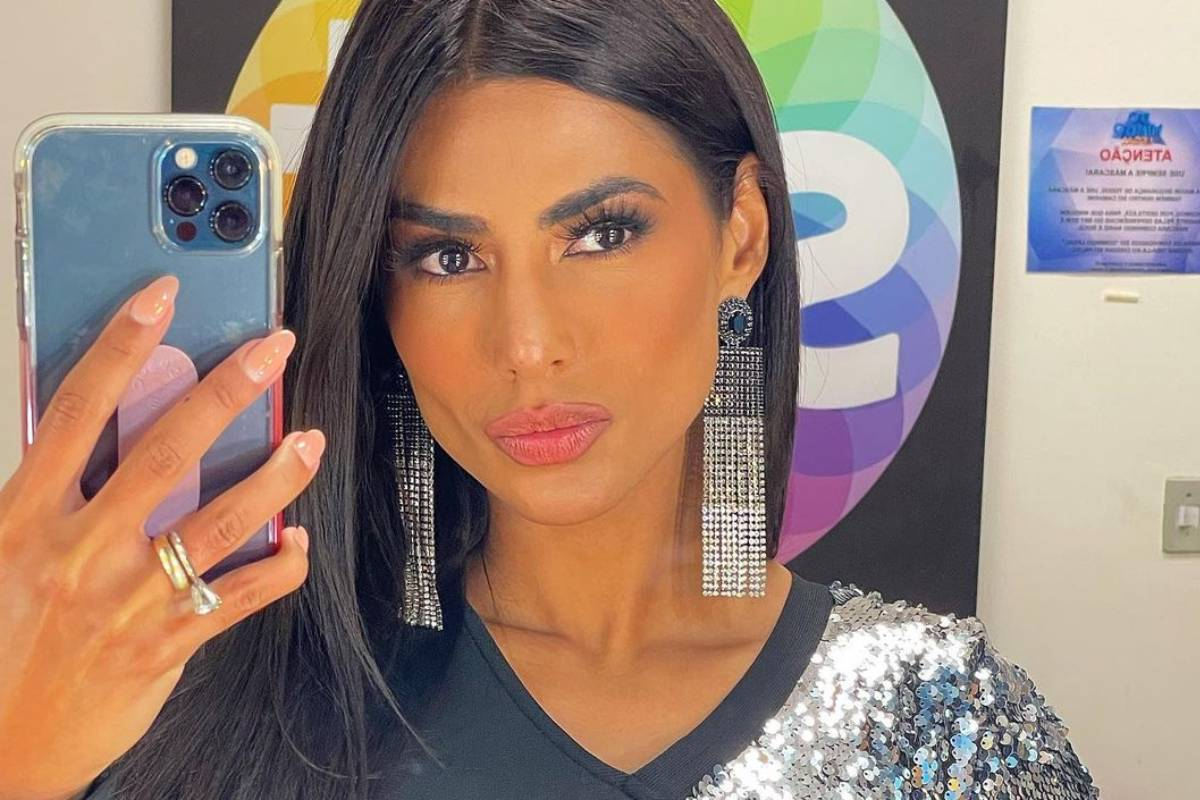 flavia noronha fazendo selfie em bastidores do sbt