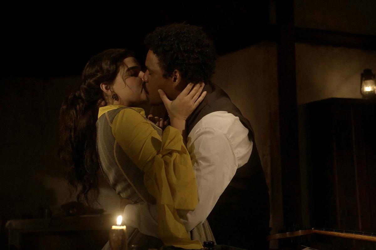 Pilar (Gabriela Medvedovski) e Samuel (Michel Gomes) se beijam em Nos Tempos do Imperador
