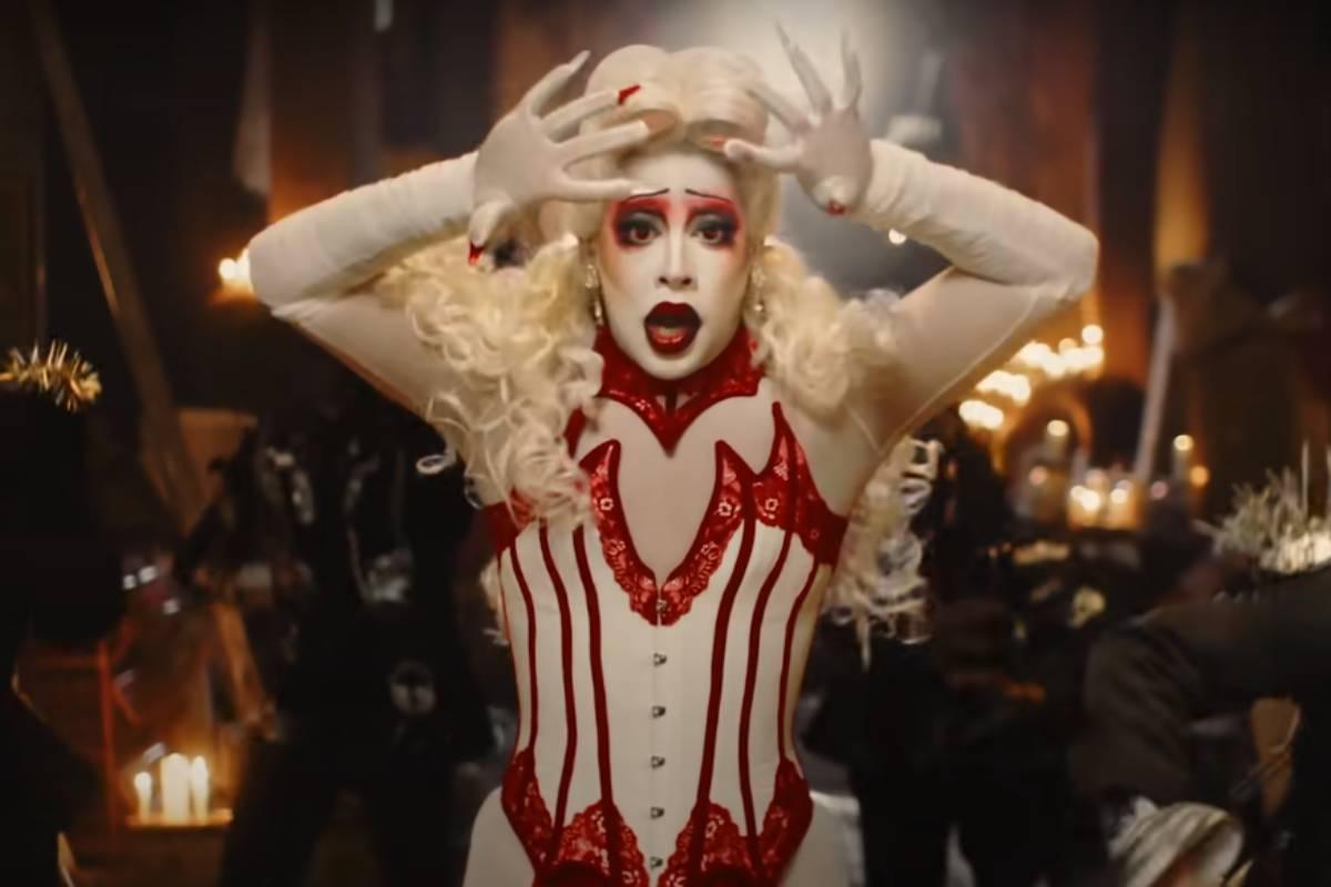 gloria groove dançando caracterizada como noiva boneca em cena do clipe de a queda