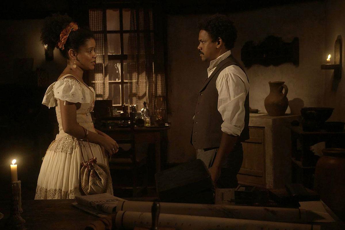 Zayla (Heslaine Vieira) e Samuel (Michel Gomes) conversam em Nos Tempos do Imperador