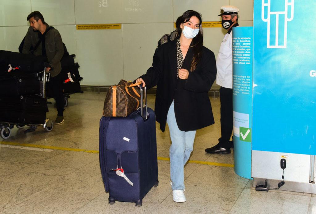 Isis Valverde desembarcando em aeroporto brasileiro